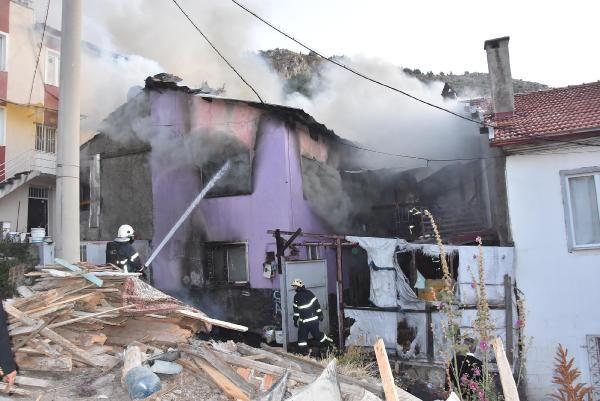 Kütahya'da iki katlı ev yanarak kül oldu