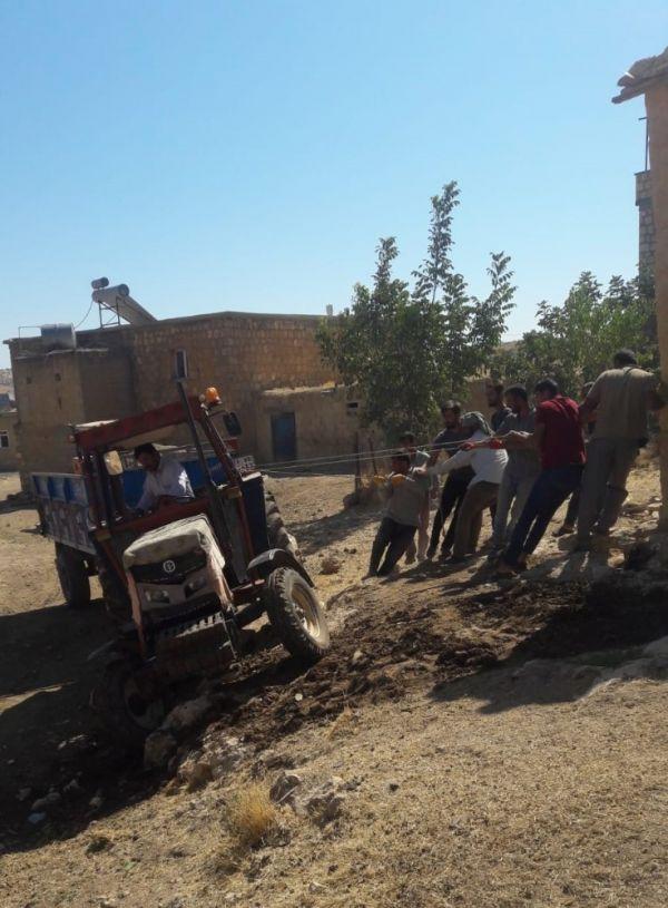 Devrilmek üzere olan traktörü halatla kurtardılar