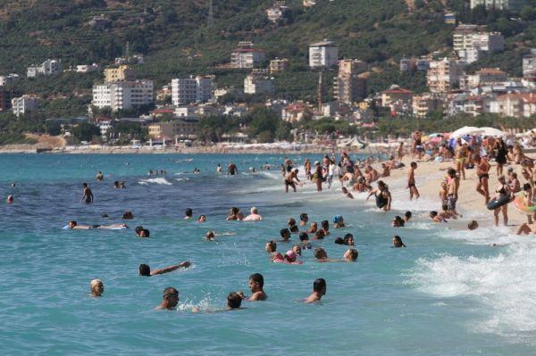Antalya'da sahiller tıklım tıklım dolu