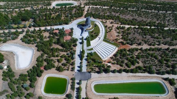 Demirel'in su deposuna benzer anıt mezarı