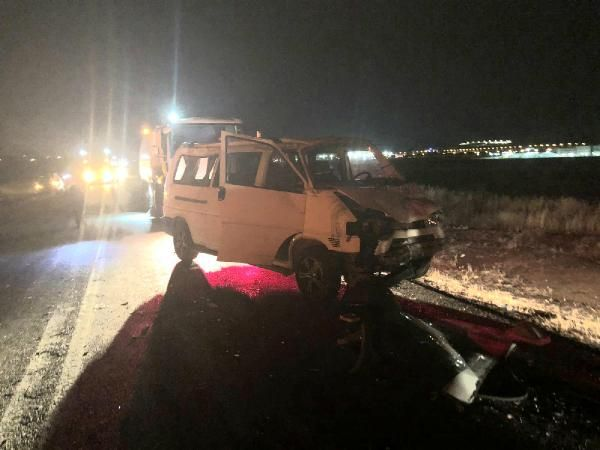 Elazığ'da minibüs ile otomobil çarpıştı