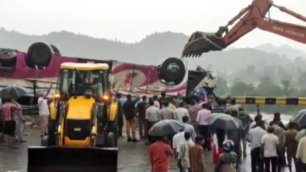 Hindistan'da otobüs kazası: 21 ölü 50 yaralı