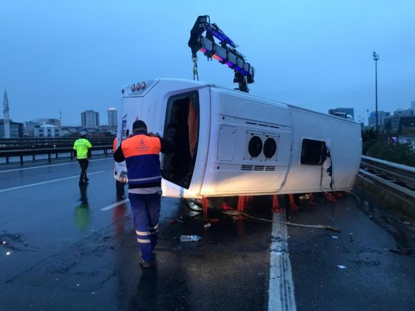 TEM otoyolunda otobüs yan yattı: 16 yaralı