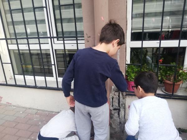 Küçükçekmece'de veliler hasarlı okul önünde eylemde