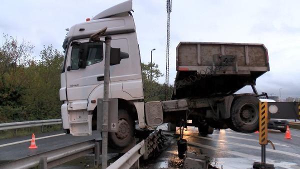 Bakırköy D-100 yan yolda tır bariyerde asılı kaldı