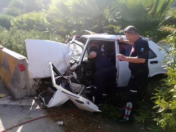 Antalya'da otomobil beton bariyere çarptı: 4 yaralı