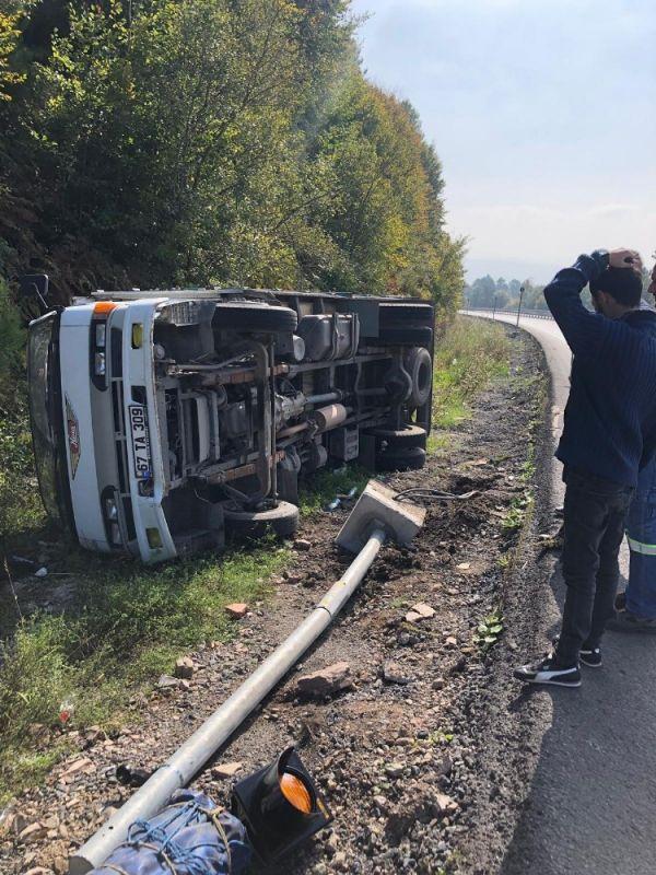 Zonguldak'ta bir kamyon elektrik direğine çarptı