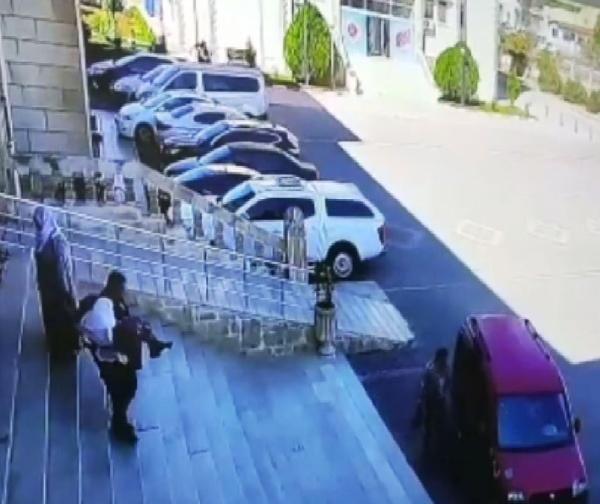 Mardin'de yaşlı kadını kucağında taşıyan polis