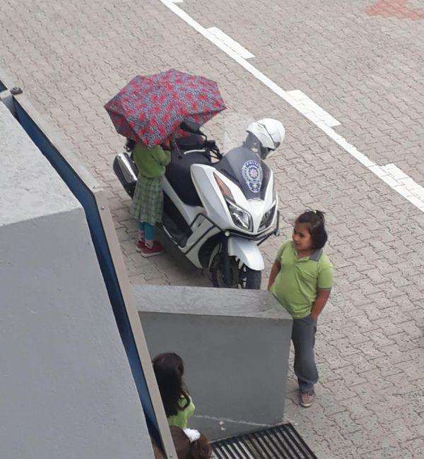 Kırık şemsiyesiyle polisin motosikletini yağmurdan korudu -7