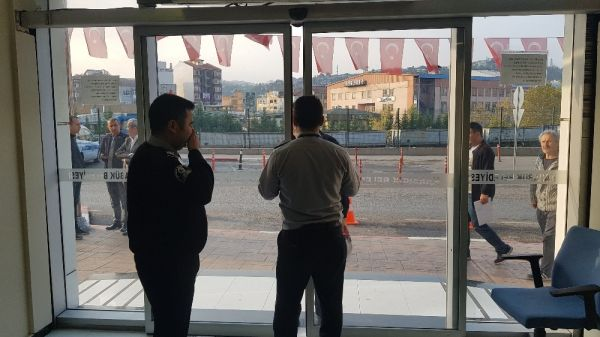 MHP'li Başkan, işe geç gelen işçi ve memurları belediye almayarak kapıları kapattı -3