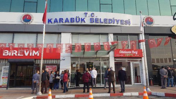 MHP'li Başkan, işe geç gelen işçi ve memurları belediye almayarak kapıları kapattı -2