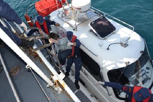 Lastik bot içinde 41'i çocuk, 71 kaçak göçmen yakalandı -3
