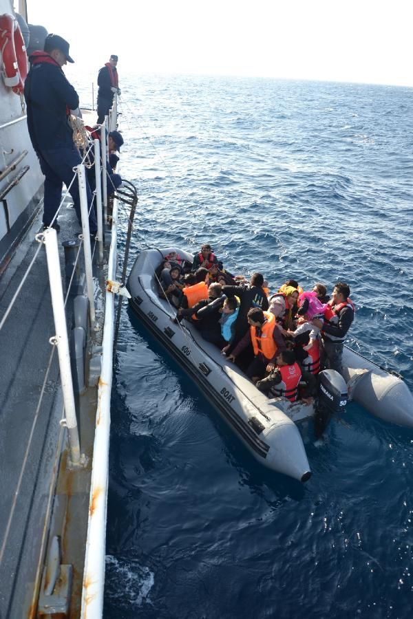 Lastik bot içinde 41'i çocuk, 71 kaçak göçmen yakalandı -1