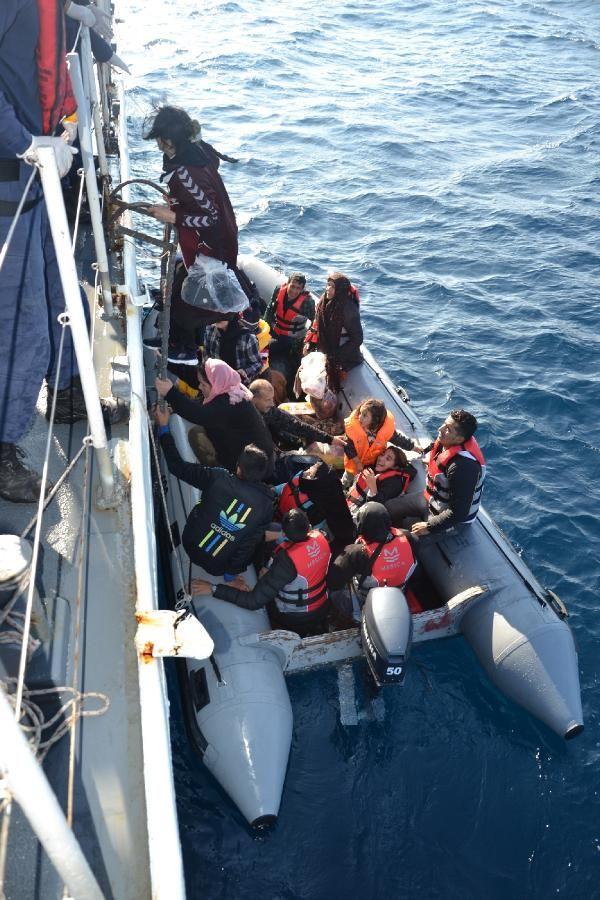 Lastik bot içinde 41'i çocuk, 71 kaçak göçmen yakalandı -4