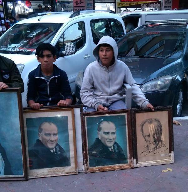 Çöpe atılan Atatürk fotoğraflarına çocuklar sahip çıktı -4