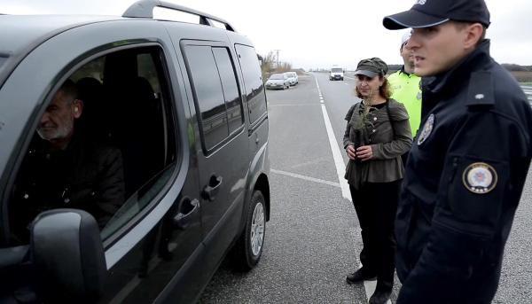 Trafik cezası yazılacağını sanan sürücü, 'fidan' dikti -6