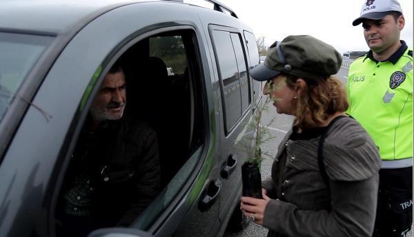 Trafik cezası yazılacağını sanan sürücü, 'fidan' dikti -5