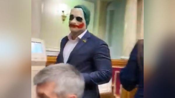 Ukrayna'da bir milletvekili parlamentoya Joker maskesiyle geldi -2