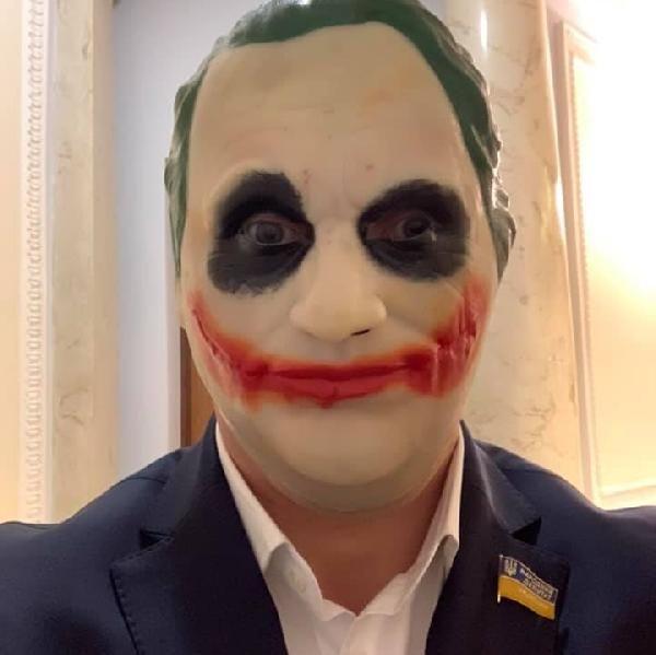 Ukrayna'da bir milletvekili parlamentoya Joker maskesiyle geldi -1