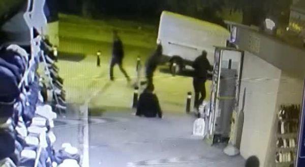 Kaldırımda bekleyen adamı bacağından vurdu -2