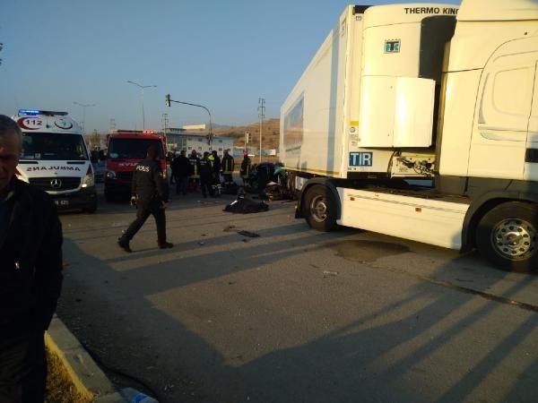 Otomobil, TIR'ın altına girdi: 3 ölü, 1 yaralı -1