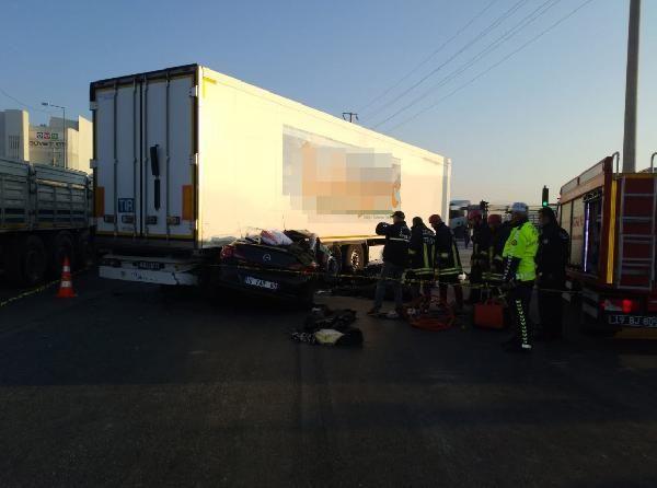 Otomobil, TIR'ın altına girdi: 3 ölü, 1 yaralı -3