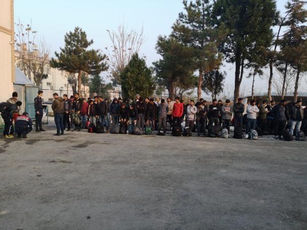 TIR'ın dorsesinde 117 kaçak göçmen yakalandı -2