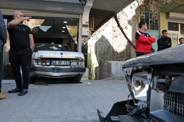 Otomobil berber dükkanına girdi -2