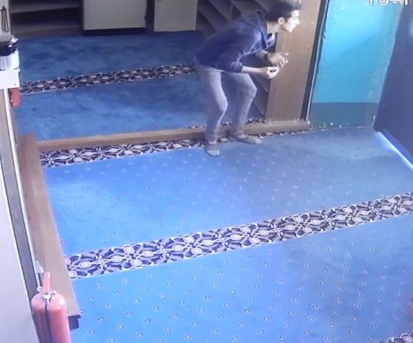 Önce dua ettiler, sonra kapıyı kırıp camiyi soydular -6