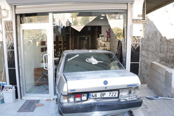 Otomobil berber dükkanına girdi -1