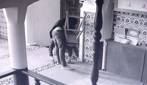 Önce dua ettiler, sonra kapıyı kırıp camiyi soydular -8