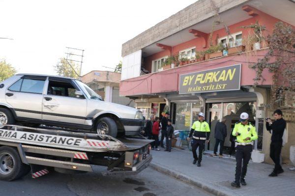 Otomobil berber dükkanına girdi -3