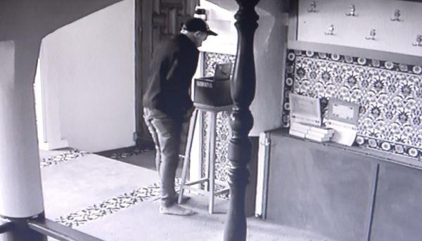 Önce dua ettiler, sonra kapıyı kırıp camiyi soydular -7