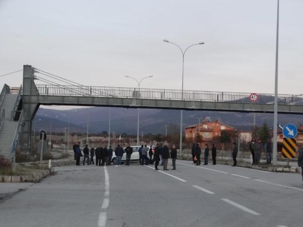 Yaralanmalı kazanın ardından mahalleli yolu trafiğe kapattı -2
