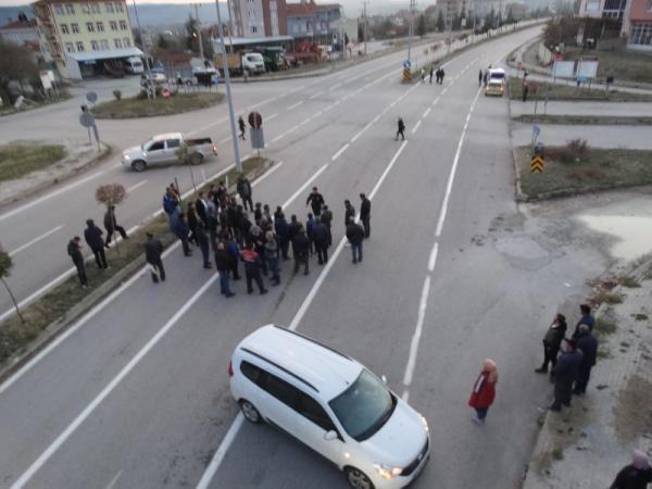 Yaralanmalı kazanın ardından mahalleli yolu trafiğe kapattı -1