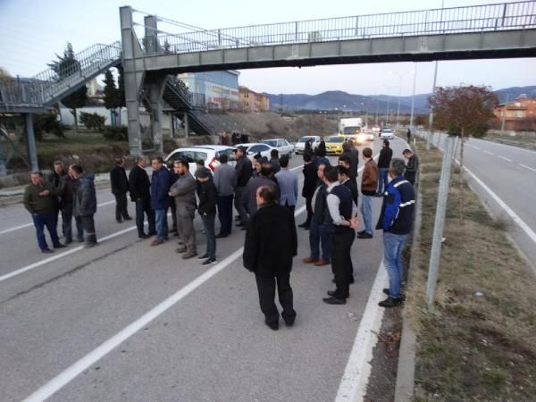 Yaralanmalı kazanın ardından mahalleli yolu trafiğe kapattı -8