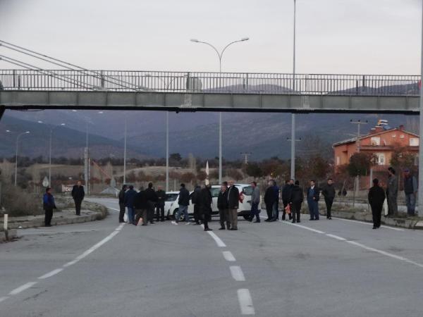 Yaralanmalı kazanın ardından mahalleli yolu trafiğe kapattı -4