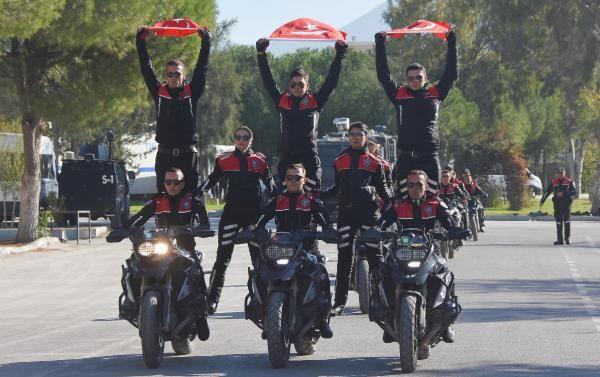 Motosikletli polis timleri akrobasi şovu yaptı -4