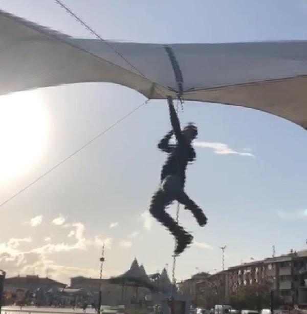 Pazar çadırını uçmasın diye tuttu ama kendisi uçtu -3