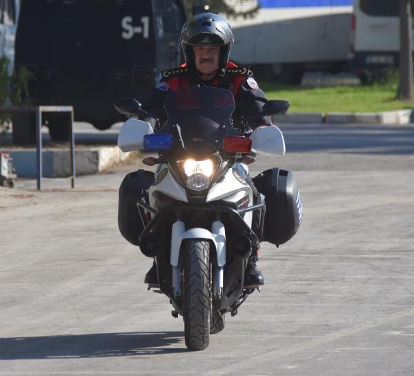 Motosikletli polis timleri akrobasi şovu yaptı -3