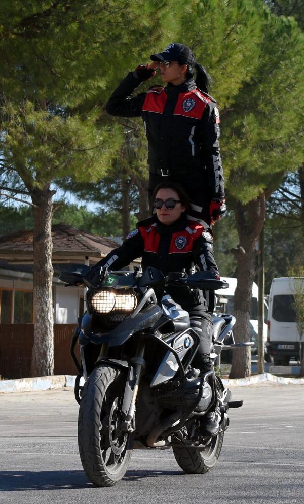 Motosikletli polis timleri akrobasi şovu yaptı -7