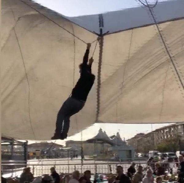 Pazar çadırını uçmasın diye tuttu ama kendisi uçtu -5