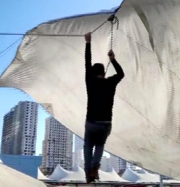 Pazar çadırını uçmasın diye tuttu ama kendisi uçtu -1