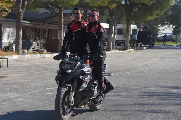 Motosikletli polis timleri akrobasi şovu yaptı -6