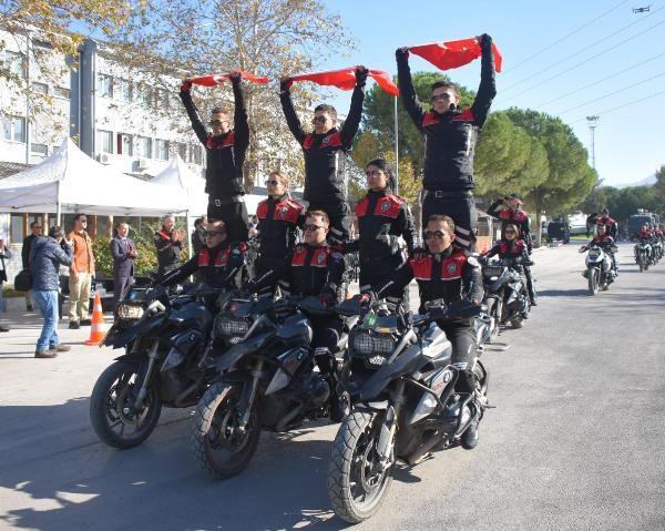 Motosikletli polis timleri akrobasi şovu yaptı -1
