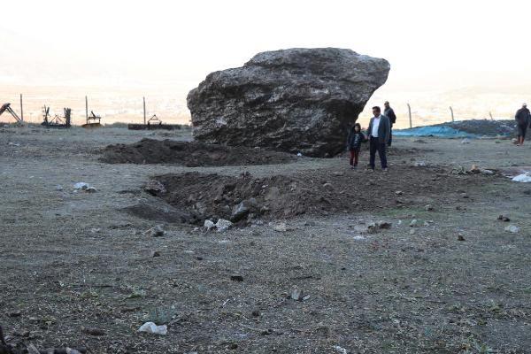 Mahallenin futbol sahasına dev kaya parçası düştü -3