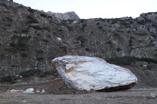 Mahallenin futbol sahasına dev kaya parçası düştü -6
