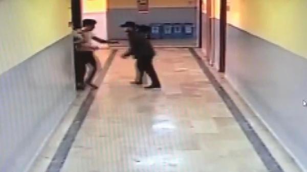 Okul koridorunda dehşet anları; silahlı öğrenci böyle yakalandı -3