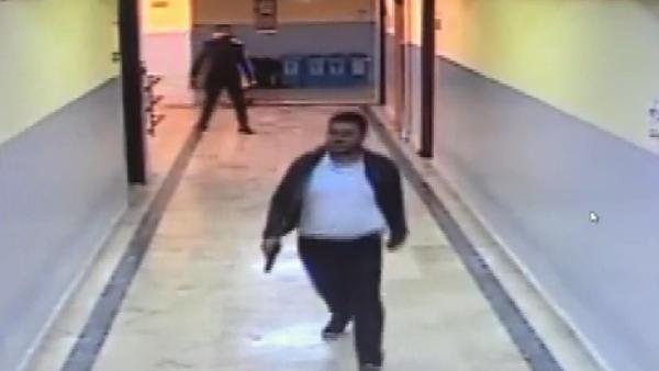 Okul koridorunda dehşet anları; silahlı öğrenci böyle yakalandı -2