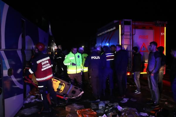 Düzce'de otobüs, otoyolda hatalı dönüş yapan TIR'a çarptı: 2 ölü, 35 yaralı -9